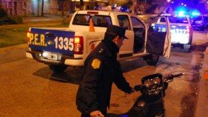 Intentaron evadir el control policial y cayeron de la moto
