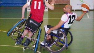 Presentan sillas de ruedas adaptadas para realizar deportes
