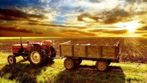 Se le dio vuelta el tractor