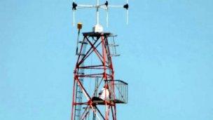 Pasó 22 horas arriba de una antena