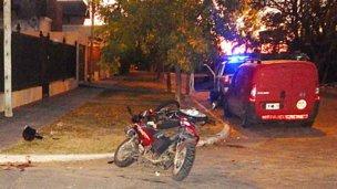Pelea por su vida tras chocar de frente con otra moto