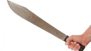 Intentó asesinar con un machete a su esposa y sus hijos