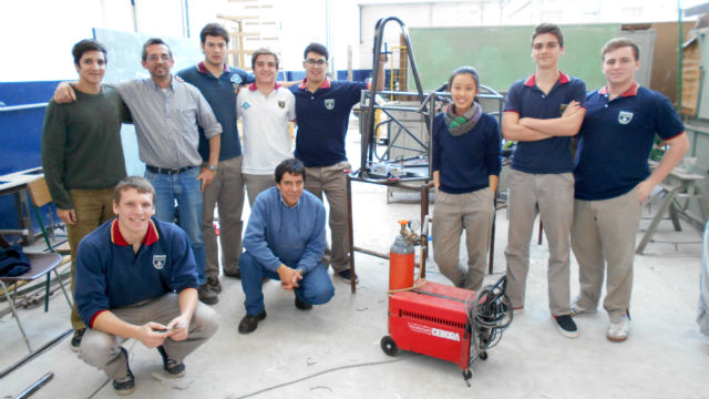 Los 8 estudiantes junto a 2 de sus profesores.