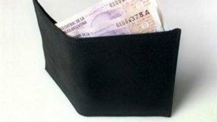 Denunció que le sacaron la billetera mientras compraba