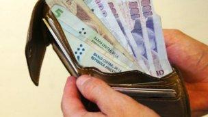 Un policía robó una billetera y el otro lo encubrió