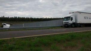 Camión y camioneta volcaron juntos en la 14