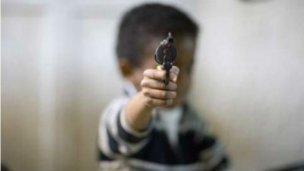 Amenazó con arma de fuego a su madre