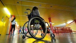 Una rampa para silla de ruedas contra la pobreza