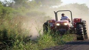 A bordo de su tractor, intendente repara caminos rurales