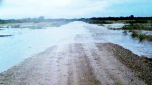 Caminos de tierra, cortados por desbordes de arroyos