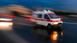 Lesiones graves para un motociclista al chocar con un camión
