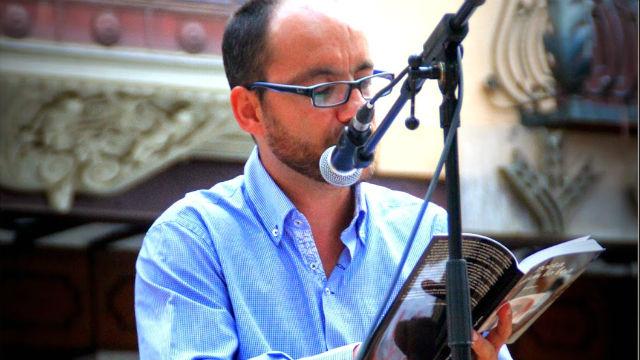 Ángel Arenas leyendo lo que ama: una poesía.