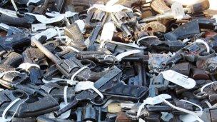 Detienen a empleado judicial por presunta venta de armas secuestradas