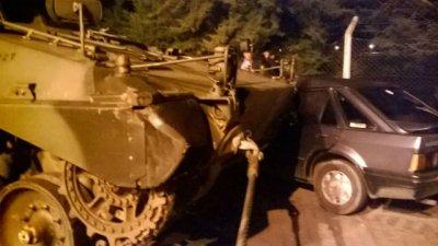 Insólito choque entre un tanque de guerra y un auto