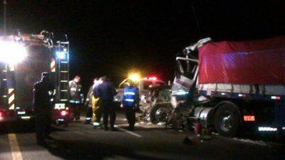 Dos pesados impactaron violentamente sobre la Autovía 14