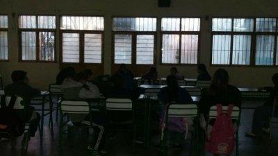 Una escuela entrerriana dicta clases a la luz de las velas