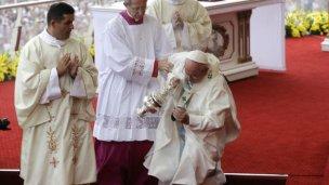 Tropezón y caída de Francisco, en su visita a Polonia