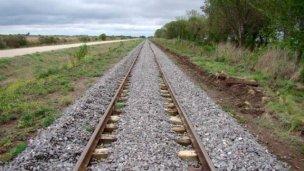 Un tren lo arrolló mientras dormía y vive para contarlo