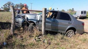 Por esquivar un camión, se incrustó en el alambrado
