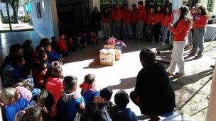 Cruzada solidaria: construyeron juguetes para los más chicos