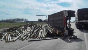 Volcó toda su carga de madera sobre la Autovía 14