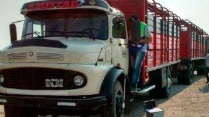 A punta de pistola robaron un camión con hacienda