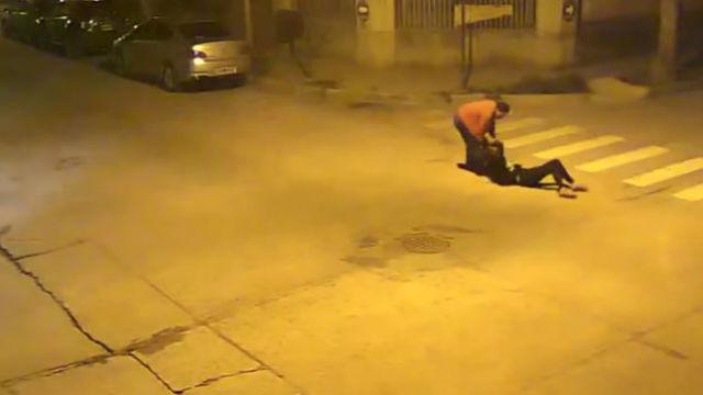 Feroz agresión de un hombre a su cuñada, en video