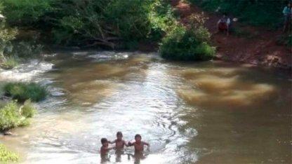 Deben cruzar un arroyo a nado para poder ir a estudiar