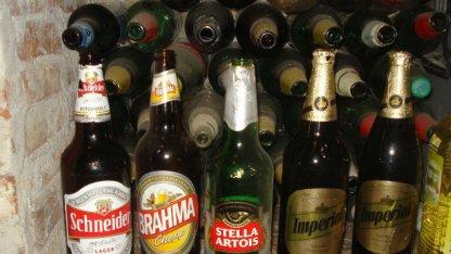 Hallaron cebollines de cocaína escondidos en botellas de cerveza