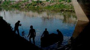 Pescaba con amigos, resbaló y se perdió en las aguas del arroyo