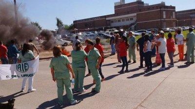 Empleados del Hospital Urquiza cortaron el tránsito