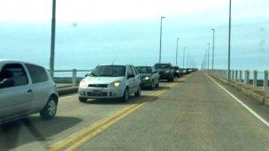 Hacen largas colas para cruzar desde Entre Ríos al Uruguay
