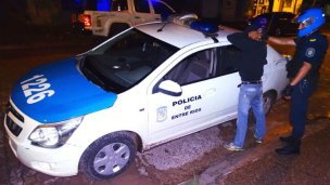 Tres detenidos por pelear con una policía