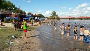 El río avanza sobre las playas de Gualeguaychú