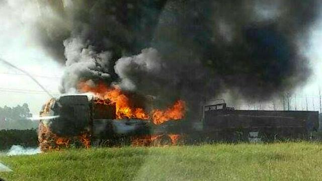 Milagro en la Autovía: salieron ilesos, tras incendiarse su camión