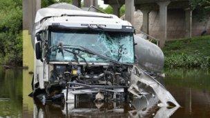 Camión cisterna cayó desde un puente