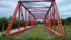 Con signos de abandono, un puente espera ser colocado desde 2015