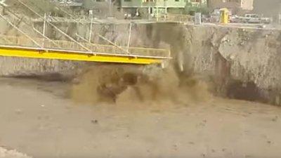 Video: Colapsó un puente peatonal tras las inundaciones