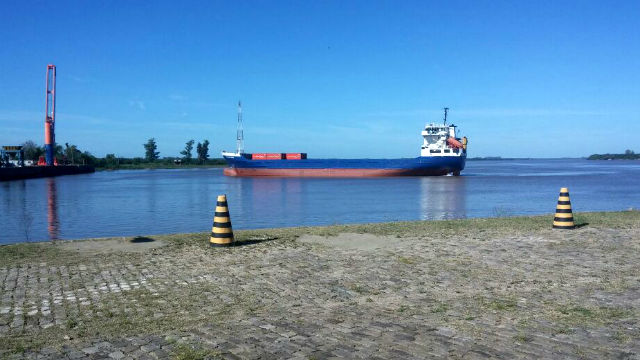 El Provincias Unidas, navegando el río Uruguay.