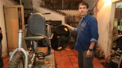 El campeón de ciclismo vendió todo para construir handbikes