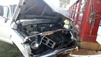 Ingresaba el camión al garaje y chocó con una camioneta