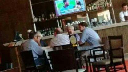 ¿El reencuentro Busti - Urribarri se cocina en la mesa de un bar?
