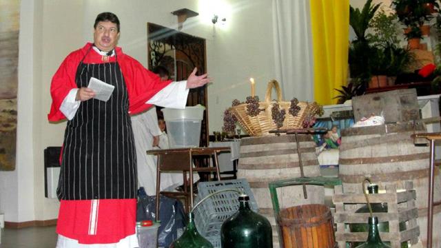 El sacerdote fue apartado, tras las denuncias.
