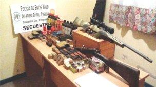 Médico escondía fusiles y pólvora en su casa