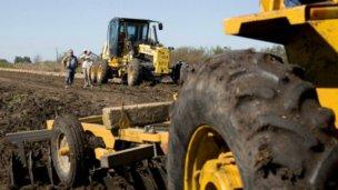 Reconstruyen caminos productivos y accesos a escuelas rurales