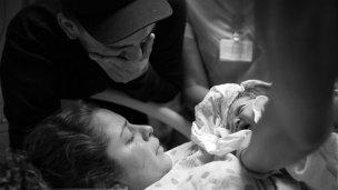 La ambulancia tardó, policías la asistieron y dio a luz un varón