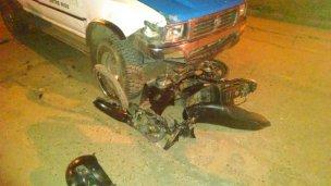 Sin casco, chocó con su moto contra un móvil policial