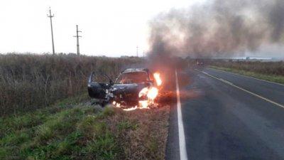 Auto ardió en llamas, en pleno viaje familiar