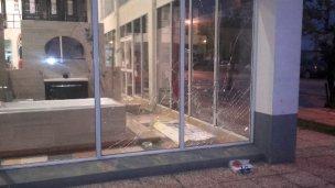 Rompió los vidrios de un local y enfrentó a policías con un cuchillo