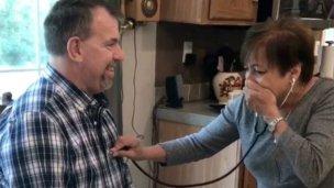 Escuchó el corazón de su hijo en el hombre que vive gracias a él